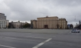 Парковка на площади Ленина пуста.