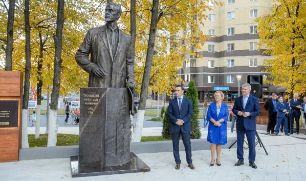 Открыли памятник Николаю Троицкому.