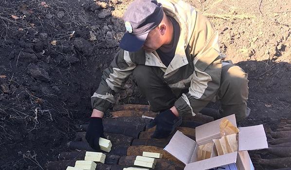 Подготовка к подрыву боеприпасов.