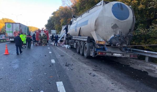 В аварию попали три грузовика.