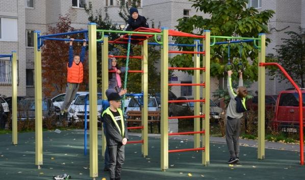 Новая спортивная площадка пользуется популярностью у детей.