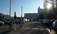 Въезд на бесплатную парковку около здания облправительства отгорожен шлагбаумом.