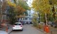 Жители большинства домов уже закрыли дворы шлагбаумами.
