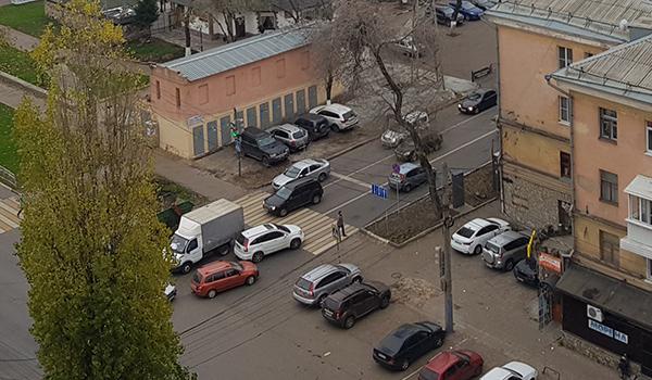 Воронежцы ставят авто прямо на тротуары и вплотную к электроподстанции - случись с ней что и даже пожарная не подъедет.