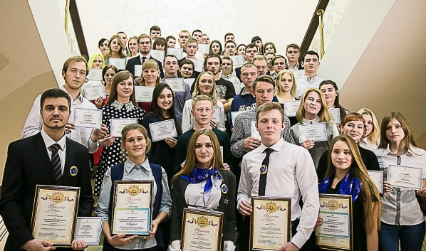 Студенты получили стипендии облправителсьтва.