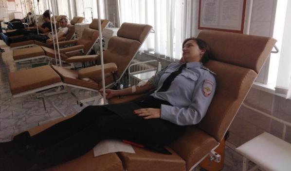 Сотрудники ГИБДД сдали кровь.