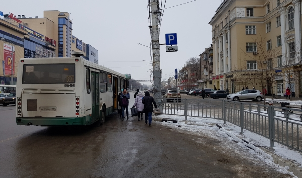 Платной парковки здесь нет, а вот остановка, судя по автобусу, есть.