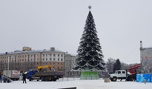 Город готовится к Новому году.