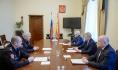 Александр Клименко (на фото слева внизу) на встрече с губернатором.