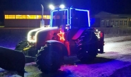 Мужчина на тракторе по своей инициативе расчищает улицы.