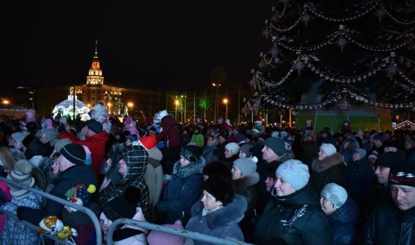Горожане встречают Новый год на площади Ленина.