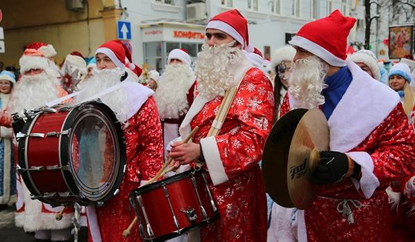 Парад Дедов Морозов и Снегурочек.