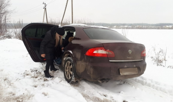 Гаишники оказали помощь автовладелице.