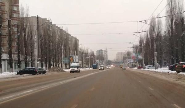 Дорога на улице Остужева утром субботы.