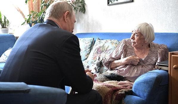 Владимир Путин в гостях у Людмилы Алексеевой в 2017 году.