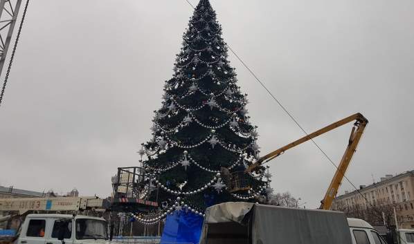 Ёлку на площади Ленина начали разбирать.