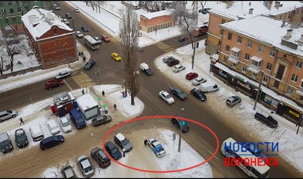 Автомобиль горпарковок стоит на тротуаре.