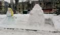 Дед Мороз и Снегурочка из снега.