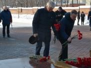 Депутаты возложили цветы.