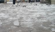 Глыбы льда срываются на головы прохожих.