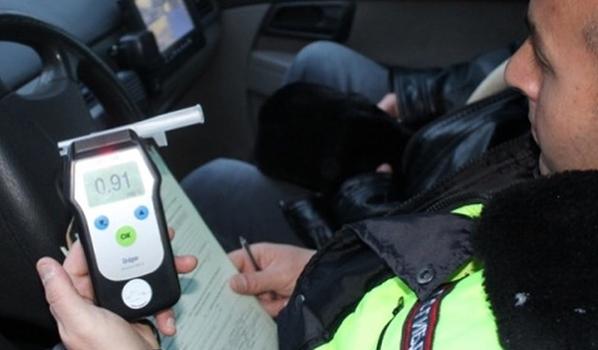 Водителей проверяют с алкотестером.