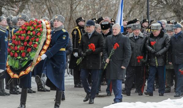 Возложение цветов к могиле Неизвестного солдата.