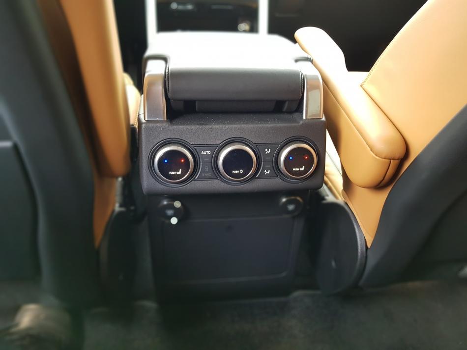 Регулировка климата для второго ряда Land Rover Discovery.