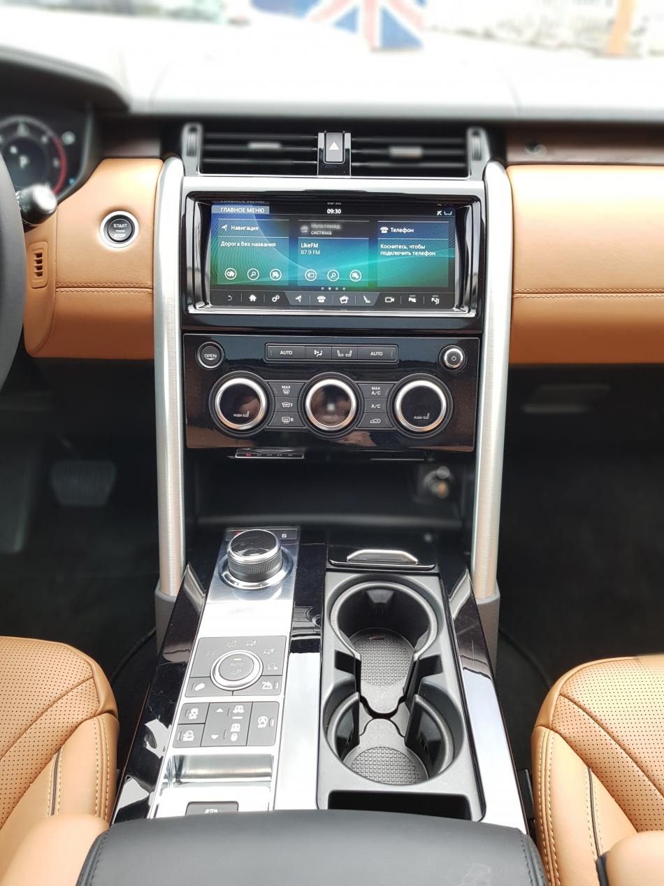 В салоне Land Rover Discovery.