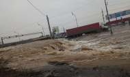 Вода залила дорогу.