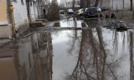 Затопленный двор дома.