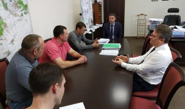 Мэр и вице-мэр общаются с инициативной группой.