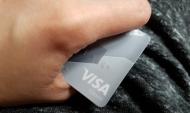 Жители все чаще расплачиваются карточками.