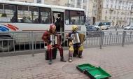 Железный Человек и Бамблби играют на гармошках.