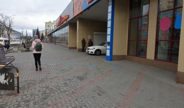Mercedes стоял около входа в Детский мир.