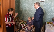 Сенатор Сергей Лукин поздравил Евдокию Злобину.