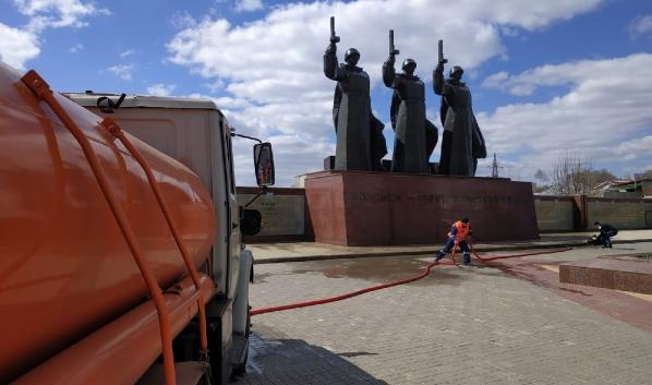Монумент моют.