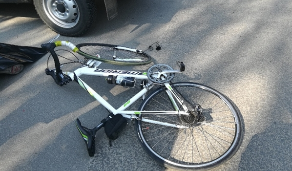 Велосипедисту потребовалась медпомощь.