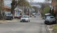 По улице каждый день проезжает немало машин.По улице каждый день проезжает немало машин.