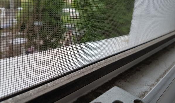 Ребенок выпал из окна с сеткой.