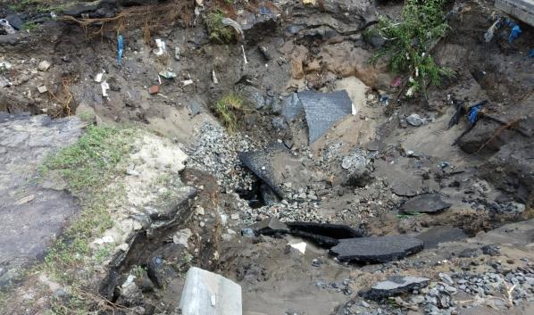 Озеро на месте порыва водовода удалось слить.