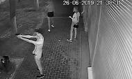 Парень стреляет из пистолета в центре Воронежа.