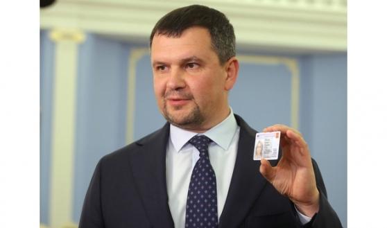 Максим Акимов демонстрирует новый электронный паспорт.