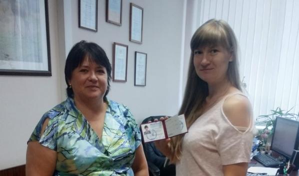 Елена Кондратьева получила удостоверение, став общественным инспектором по охране окружающей среды.