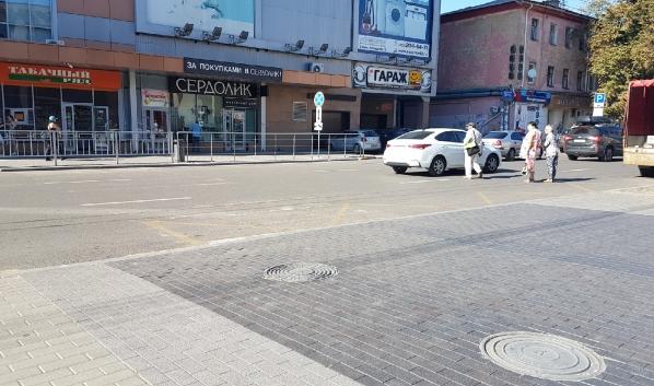 Сейчас люди в этом месте перебегают дорогу.
