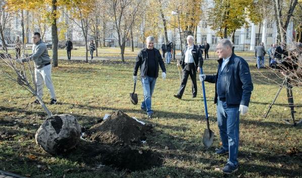 Александр Гусев принял участие в субботнике.