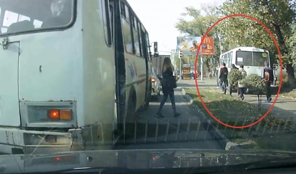 Маршрутка едет по тротуару.