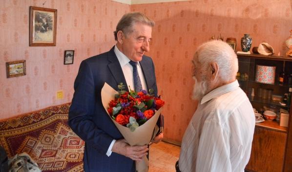 Сергей Лукин поздравил Якова Резника с юбилеем.