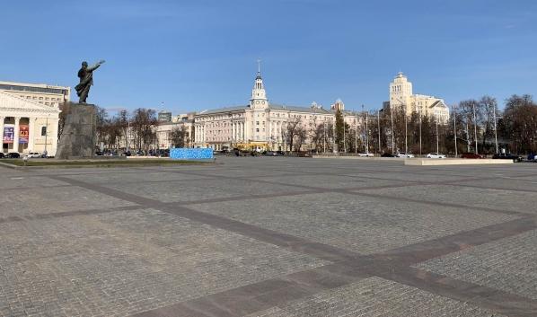 На площади монтируют катки.