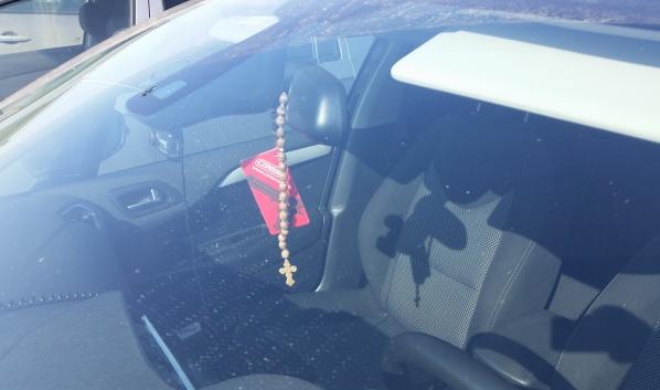 Из машин похищают гаджеты.