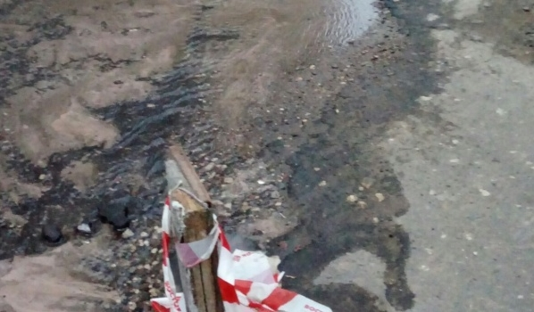 Из-за аварии дорогу затопило водой.